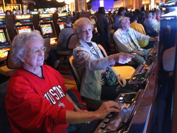 Kakek Nenek Bermain Game Slot